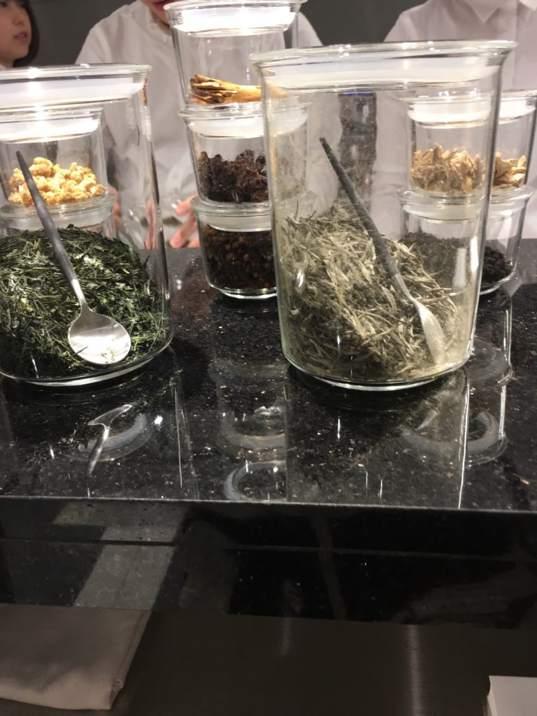 JOSEPHカフェのレジ横にある茶葉